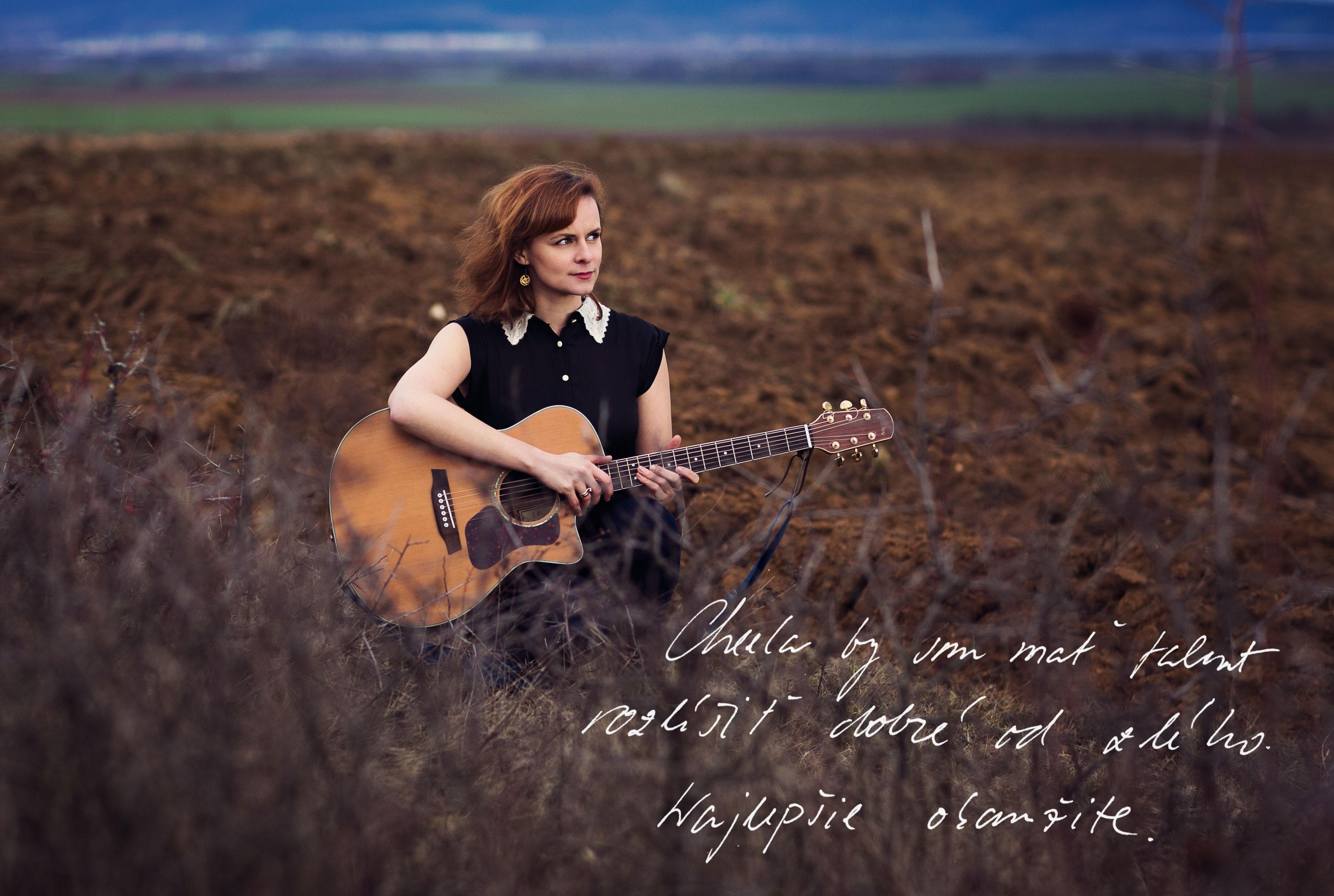 Dominika Truban, žena s gitarou v poli